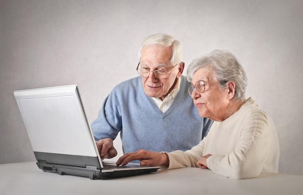Starsi ludzie i technologia