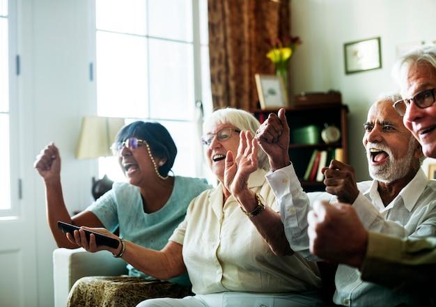 Starsi ludzie oglądają telewizję razem