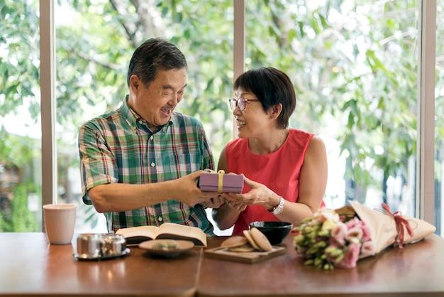Starsi ludzie para miłość koncepcja