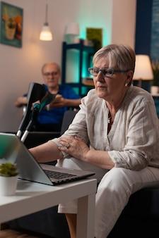 Starsi ludzie rasy kaukaskiej cieszący się zajęciami w domu