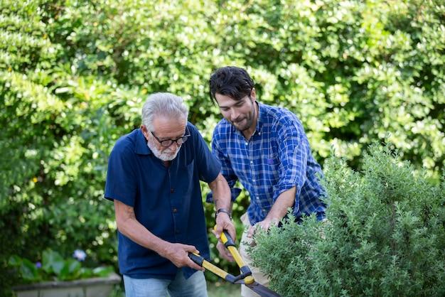 Starsi ludzie robią ogrodnictwo w domu