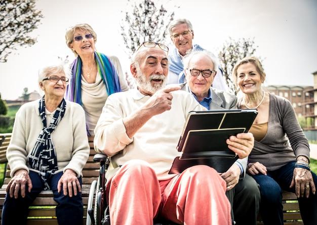 Starsi ludzie w domu spokojnej starości