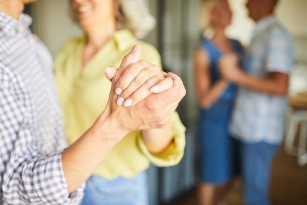 Starsi ludzie wolno tanczy zbliżenie