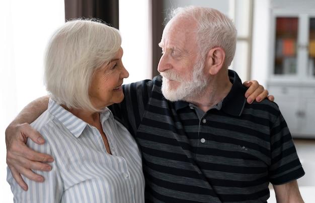 Starsi ludzie wspólnie zmagają się z chorobą alzheimera