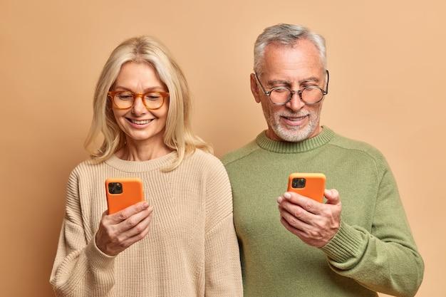 Starsi małżonkowie korzystają z nowoczesnych technologii