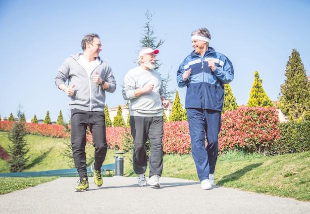 Starsi mężczyźni biegają