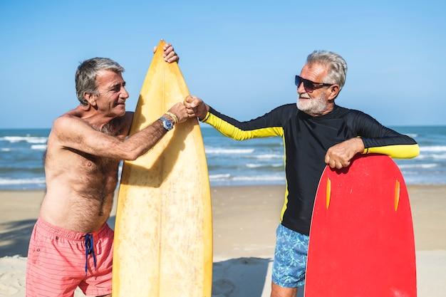 Starsi mężczyźni z deski surfingowe
