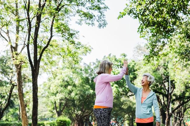 Starsi przyjaciele ćwiczy outdoors