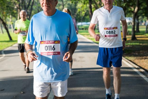 Starsi sportowcy biegają w parku