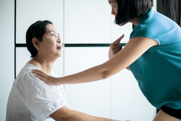 Starsza azjatycka kobieta z chorobą alzheimera, starsze kobiety zapomniały zapamiętać twarze i imię