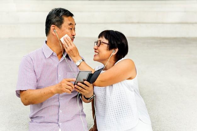 Starsza azjatycka para stoi figlarnie pojęcie