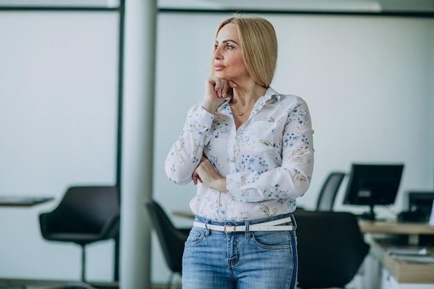 Starsza biznesowa kobieta w biurze odizolowywającym