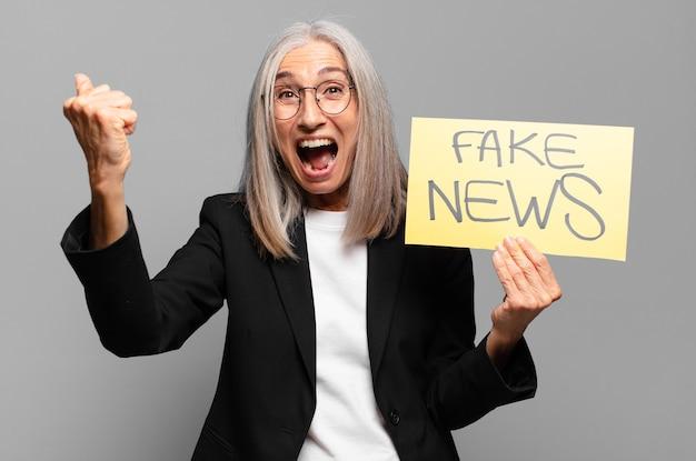 Starsza bizneswoman z fałszywym banerem informacyjnym