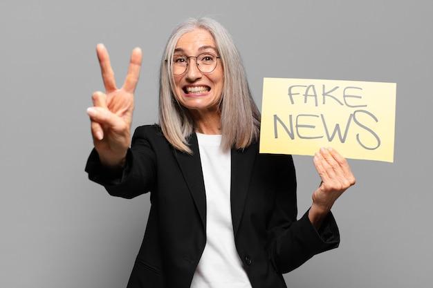 Starsza bizneswoman z fałszywym banerem wiadomości