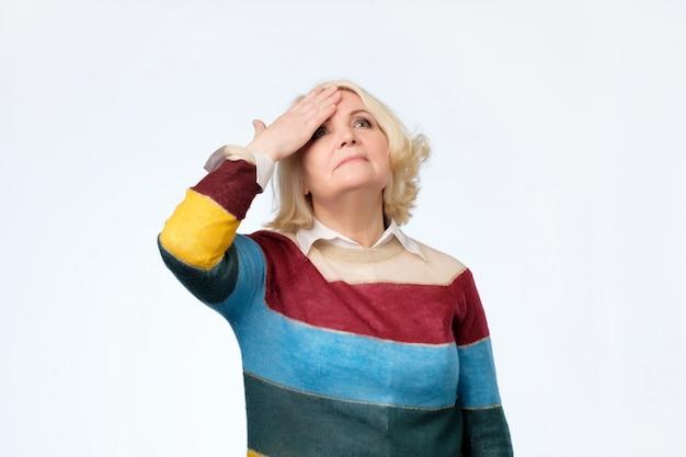 Starsza blondynka próbuje coś sobie przypomnieć