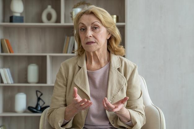 Starsza dojrzała starsza kobieta online nauczycielka rozmawiająca z kamerą internetową wirtualną konferencją konsultacyjną