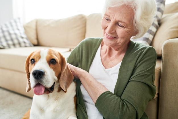 Starsza kobieta bawić się z jej psem