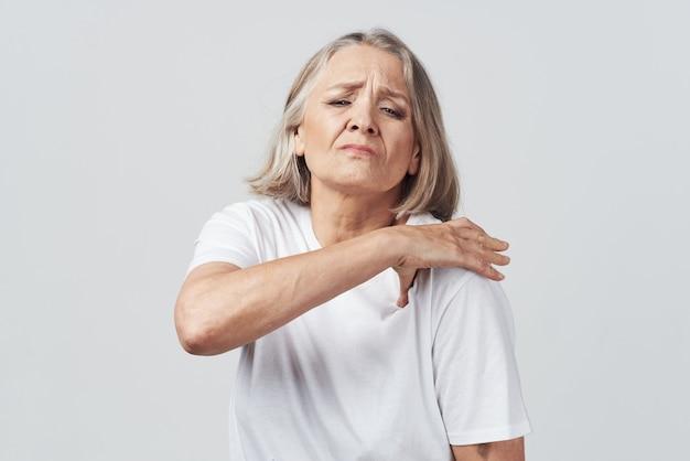 Starsza kobieta ból stawów leczenie problemów zdrowotnych