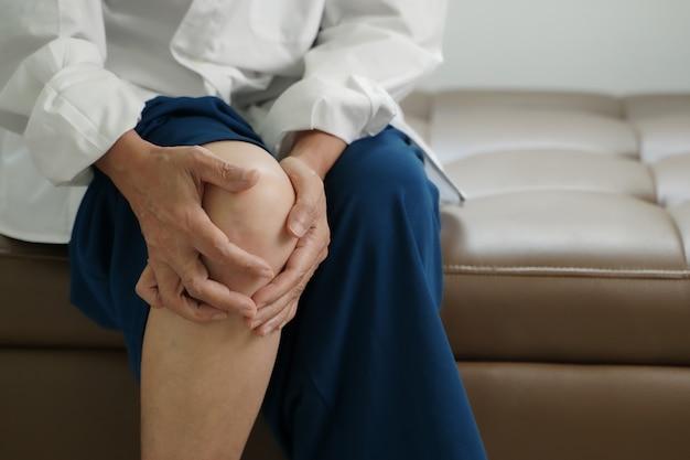 Starsza kobieta cierpi na ból spowodowany reumatoidalnym zapaleniem stawów