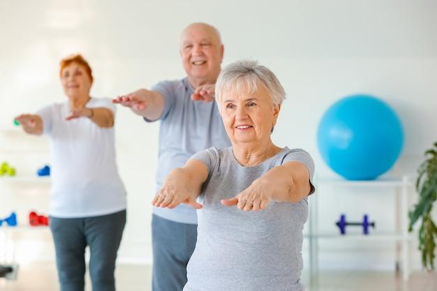 Starsza kobieta, ćwiczenia na siłowni