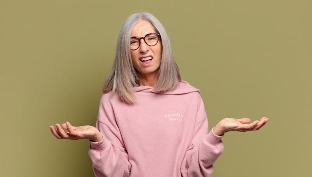 Starsza kobieta czuje się niezorientowana i zdezorientowana, niepewna, który wybór lub opcję wybrać, zastanawia się