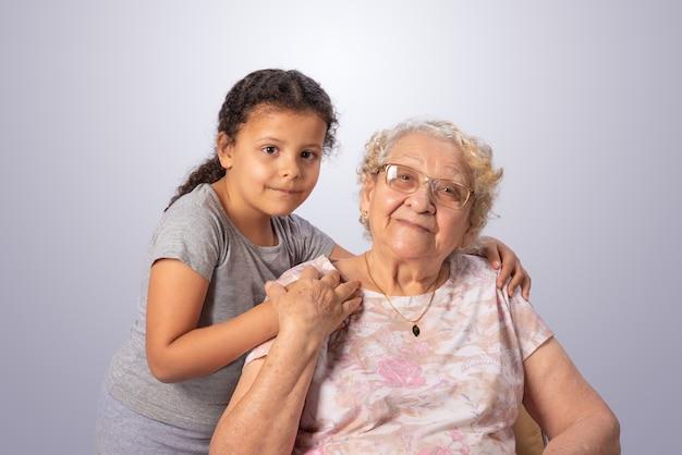 Starsza kobieta i dziecko razem na szaro