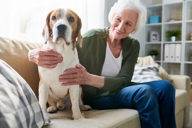Starsza kobieta i jej pies w domu