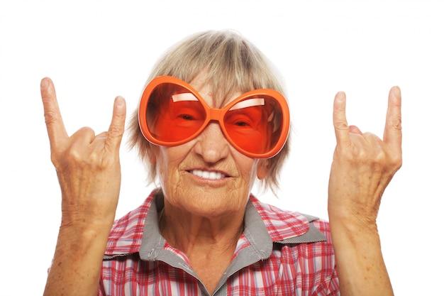 Starsza kobieta jest ubranym dużych okulary przeciwsłonecznych