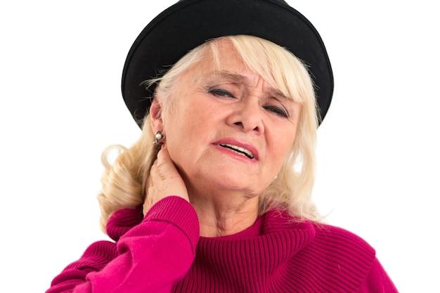 Starsza kobieta ma bóle karku.