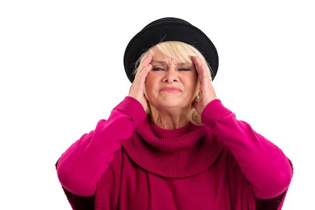 Starsza kobieta ma migrenę.