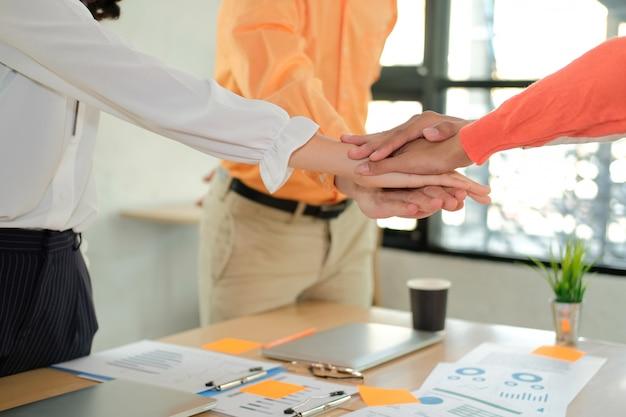 Starsza kobieta mężczyzna dołącza do zjednoczonej ręki, zespół biznesu dotykając rękami razem. koncepcja jedności pracy zespołowej.
