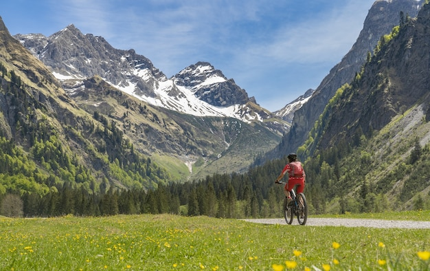 Starsza kobieta na elektrycznym rowerze górskim