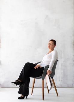 Starsza kobieta na krzesła główkowaniu