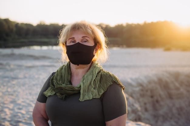 Starsza kobieta nosi maskę ochronną przed chorobami zakaźnymi i grypą, pojęcie opieki zdrowotnej. koronawirus kwarantanna.