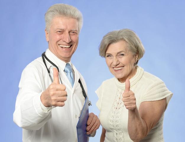 Starsza kobieta odwiedzająca lekarza z kciukami do góry