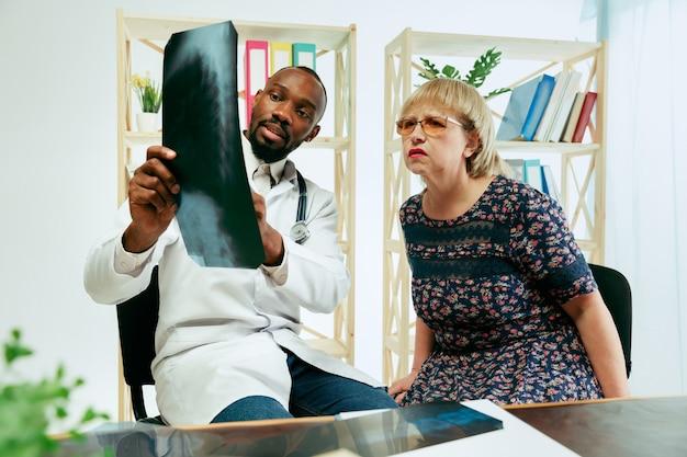 Starsza kobieta odwiedzająca terapeutę w klinice w celu konsultacji i sprawdzenia stanu zdrowia