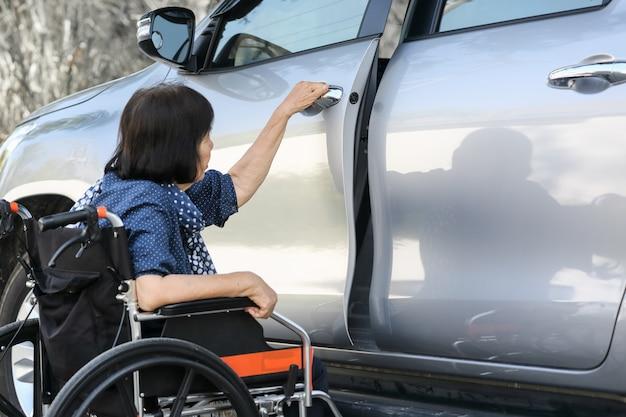 Starsza kobieta otwarte drzwi samochodu