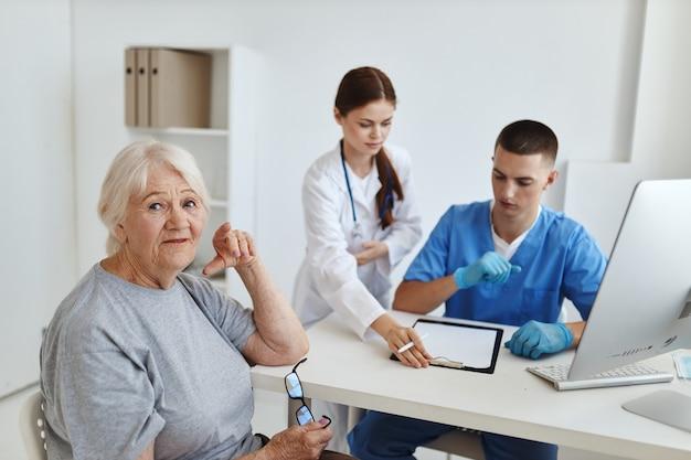 Starsza kobieta pacjentka w szpitalu diagnostyka zdrowie komunikacja