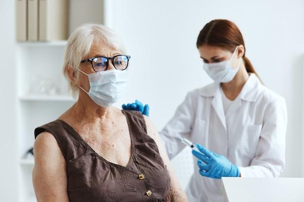 Starsza kobieta pacjentka w szpitalu na szczepienia covid paszport