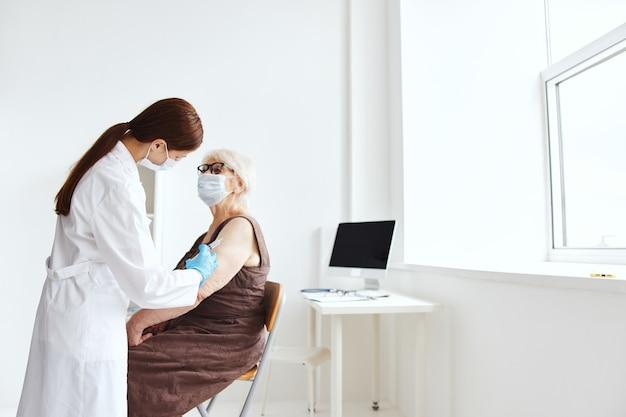 Starsza kobieta paszport szczepionka leczenie szpitalne. zdjęcie wysokiej jakości