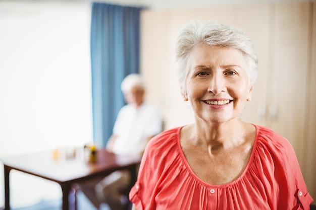 Starsza kobieta patrzeje kamerę