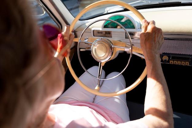 Starsza kobieta podróżująca samochodem w ciągu dnia