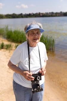 Starsza kobieta podróżująca samotnie latem