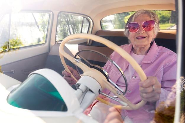 Starsza kobieta podróżująca samotnie samochodem