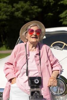 Starsza kobieta podróżuje samotnie i dobrze się bawi