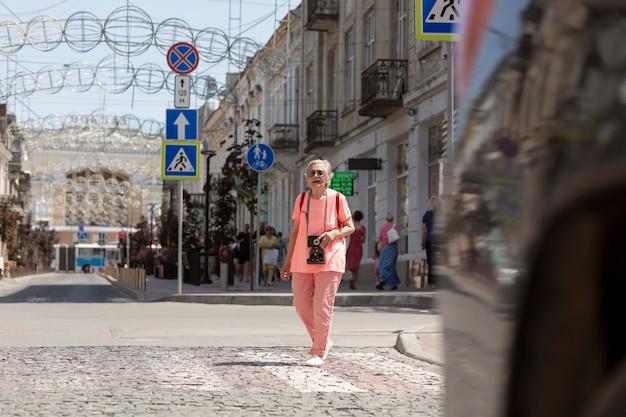 Starsza kobieta podróżuje samotnie latem