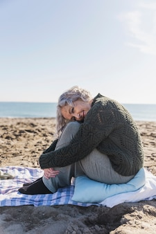 Starsza kobieta pozuje outdoors