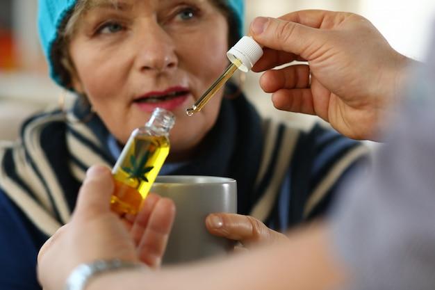 Starsza kobieta przy mianowaniem ziołolecznictwo