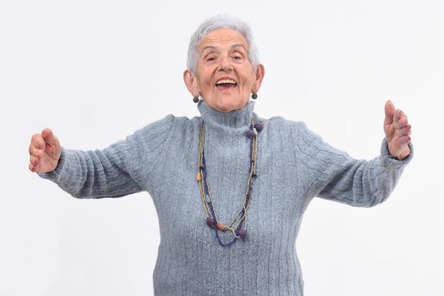 Starsza kobieta przytulanie na białym tle