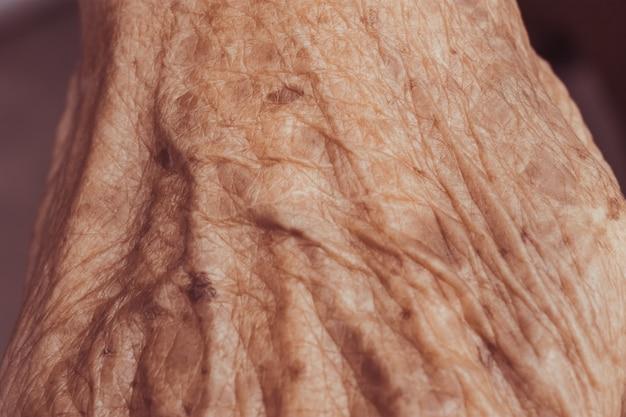 Starsza kobieta ręka z filtrowego skutka retro rocznika stylem